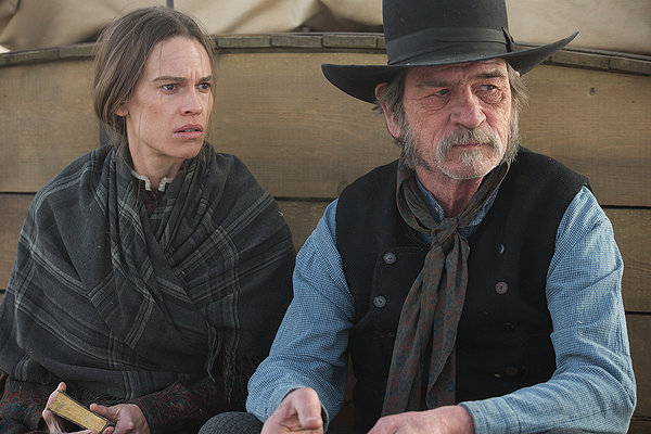 Hilary Swank y Tommy Lee Jones en THE HOMESMAN