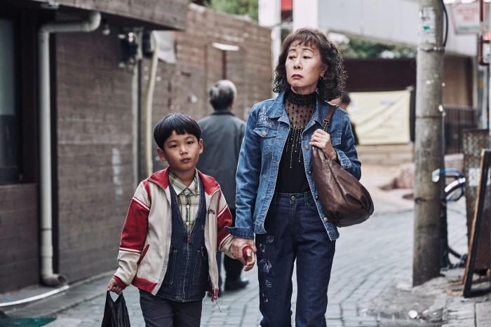 Choi Hyun-jun y Youn Yuh-jung en THE BACCHUS LADY