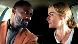 . Idris Elba y Kate Winslet en THE MOUNTAIN BETWEEN US